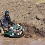 квадроцикл месит грязь
