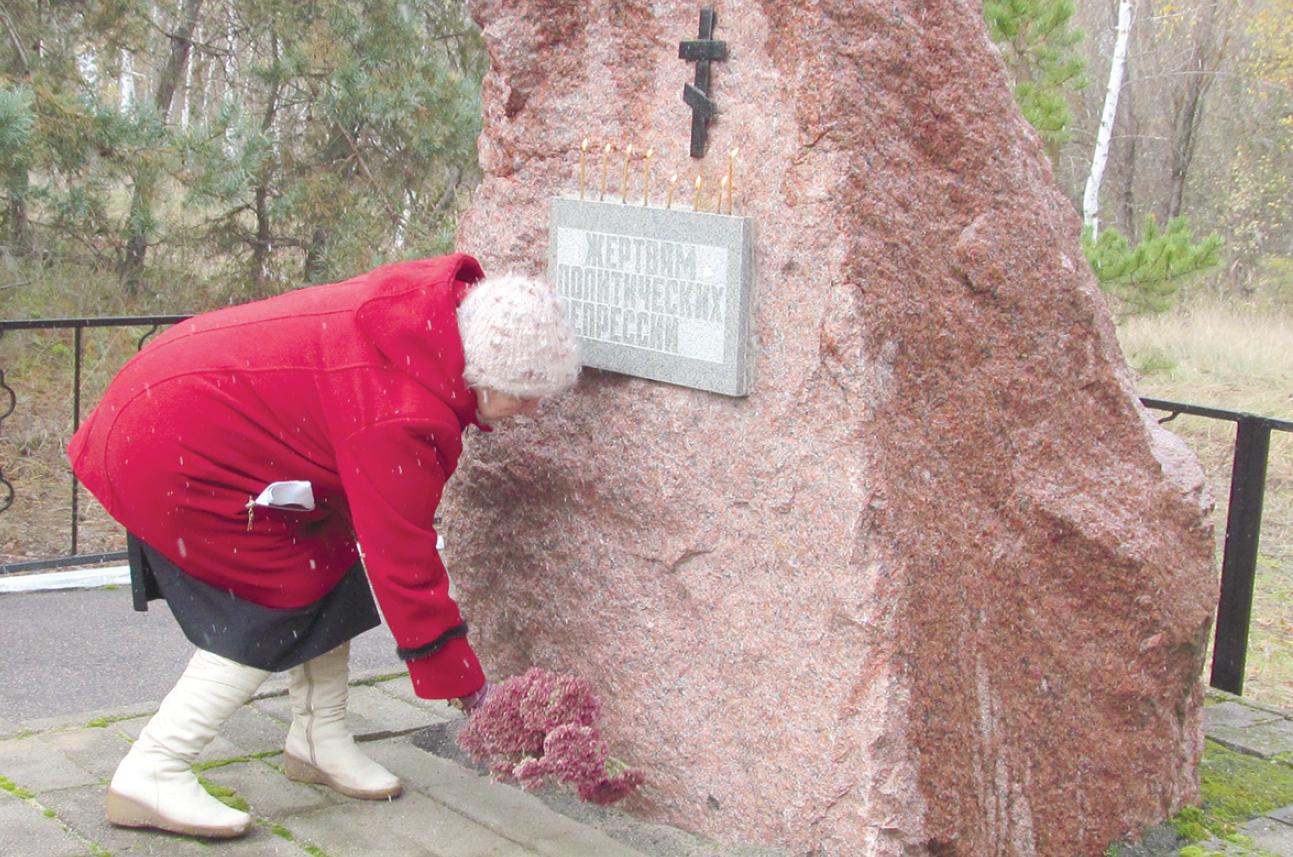 возложение цветов к памятнику репрессированным