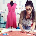 модельер-дизайнер одежды кроит