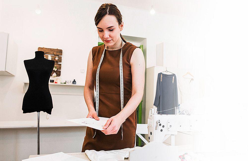 модельер одежды придумывает дизайн