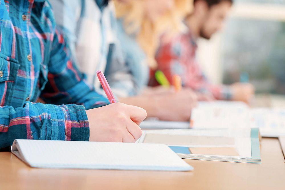 студенты пишут в тетрадях