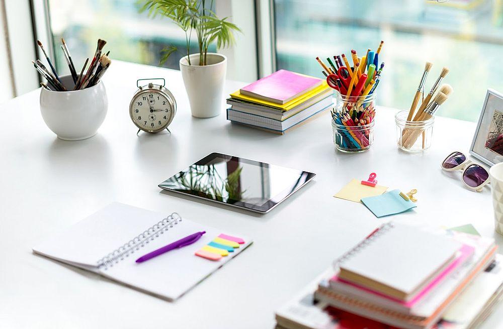 учебные принадлежности на столе