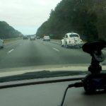 видеорегистратор в автомобиле на шоссе